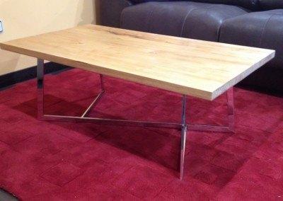 Mesa de acero y madera maciza.