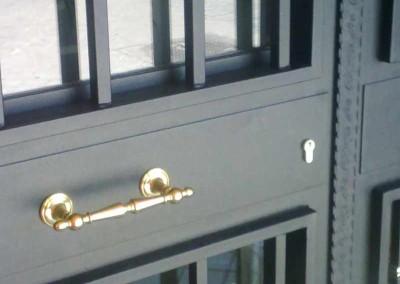 Puertas de hierro con herrajes de latón.