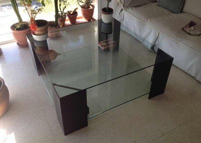 Mesa de chapa metálica plegada con cristal