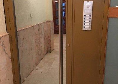 Puerta de portal en la calle General Ricardos en Madrid