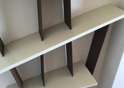 Estantería de hierro con baldas de madera lacada