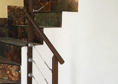 Barandilla de hierro con tensores de acero inoxidable