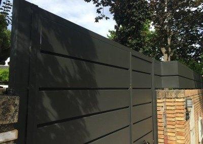 Cerramiento de puerta y valla de hierro lacado para chalet en Aravaca
