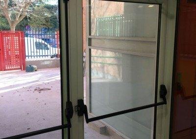Puertas de aluminio con rotura de puente termico para colegio publico en madrid.