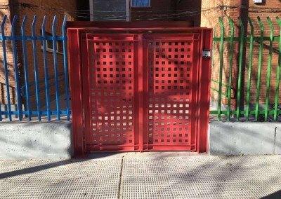 Puerta con vigas de hierro para colegio publico.