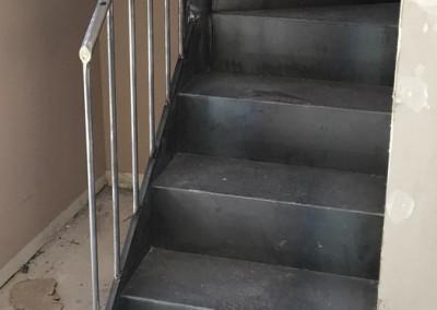 Escalera de hierro con peldaños de chapa.